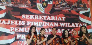 Deretan wanita-wanita cantik yang tergabung di MPW PP Jambi menjadi perhatian. Karyadi bersama perempuan cantik saat di Sekretariat MPW.