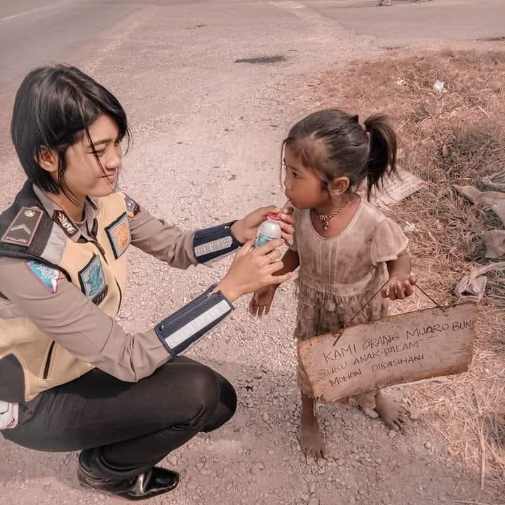 Foto Polwan memberikan minuman pada bocah SAD, viral di Facebook dan Instagram, Senin (02/09/2019).