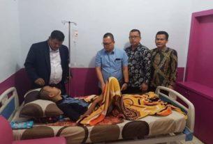 Kompak, Rabu (23/10/2019) sore, 4 dewan asal Merangin yakni Izhar, Musharudin, Juwanda dan Fauzi besuk Ari Korban Lakalantas di Erni Medika
