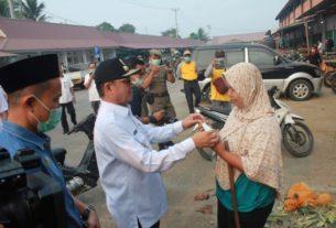 Gubernur Bagikan Masker di Angso Duo