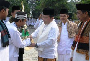 Bupati Merangin Al Haris pada 22/10, menjadi inspektur upacara Hari Santri Nasional. Di halaman depan Kantor Kemenag Kabupaten Merangin.