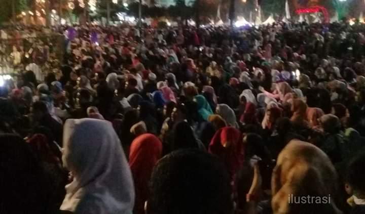Hiburan rakyat malam puncak HUT ke 63 Provinsi Jambi dilapangan Kantor gubernur Jambi, Sabtu (11/01/2020) tampaknya tak hanya hipnotis para muda-mudi Jambi, akan tetapi juga ibu-ibu.