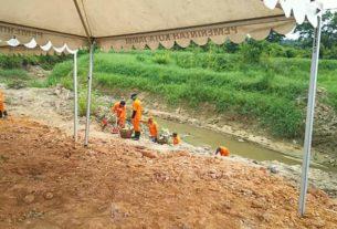 Demi Peresmian Jembatan Oleh Walikota, Dinas Kebersihan Pungut Sampah