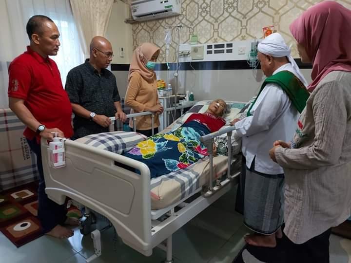 Besuk Ibunda Cek Endra, Buya Satar Doakan Agar Segera Sembuh