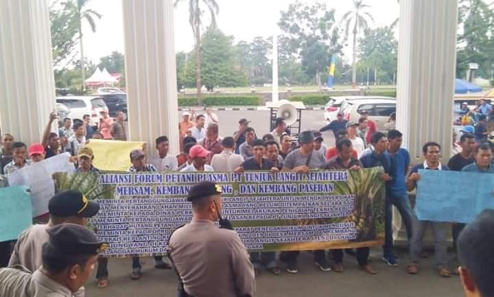 Gruduk Gedung DPRD Provinsi, Ini 5 Tuntutan Puluhan Petani Jambi