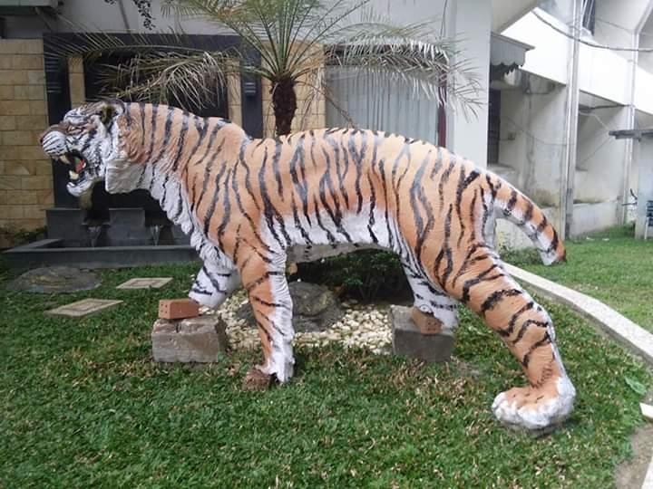 Harimau di Jambi. 3 kaki patah dan ditopang bata, membuat warga prihatin. Mirisnya, patung itu berada di kantor pemerintahan.