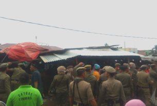 Satpol PP Merangin menindak tegas Pedagang Kaki Lima (PKL), Pasar Baru, Bangko, Jumat pagi (7/2) atau sekitar pukul 09.00 WIB.