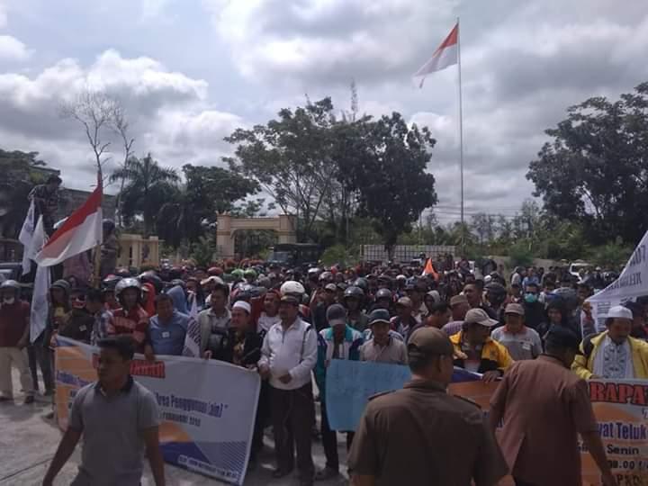Ratusan Masyarakat Gruduk Gedung DPRD Tanjabbar