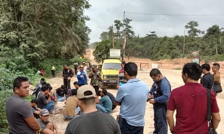 Ribuan Warga Blokir Jalan, Tagih Janji Perusahaan Migas
