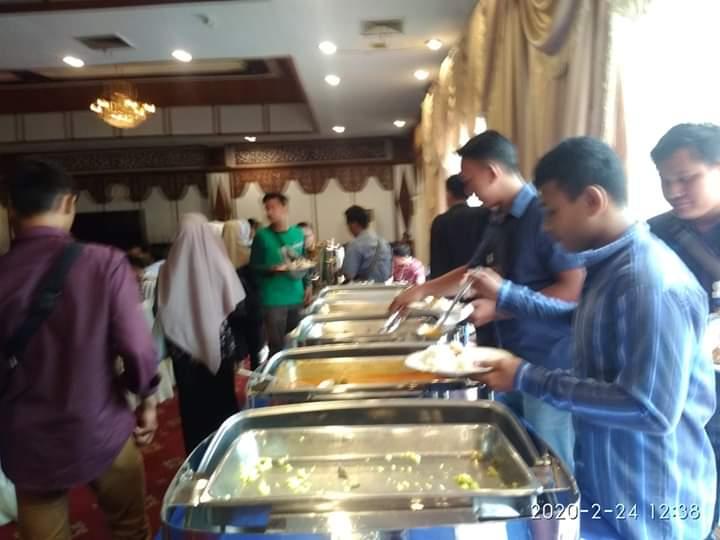Makanan Habis, Karo Humas Tenteng Piring Tanpa Lauk