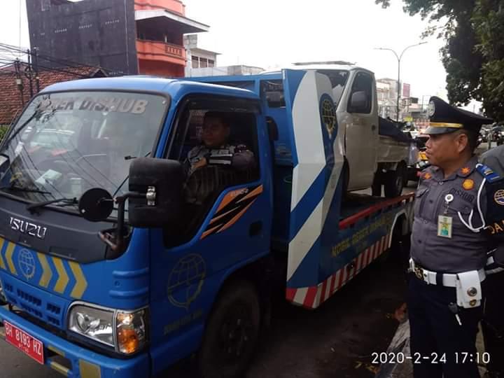 Tim Gabungan Polresta dan Dishub Kota Derek 1 Unit Mobil di Jambi