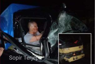 Mobil bawa durian tabrakan di Pamenang, Merangin Sabtu (01/02/20) dinihari. Kecelakaan dengan truk sayur, pick up remuk dan sopir terjepit.