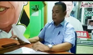 Mantan Sekda Merangin Bung Bawai saat menunjukkan berkas pemenangan tim CE di Merangin. Ia sudah didatangi Fasha dan AJB