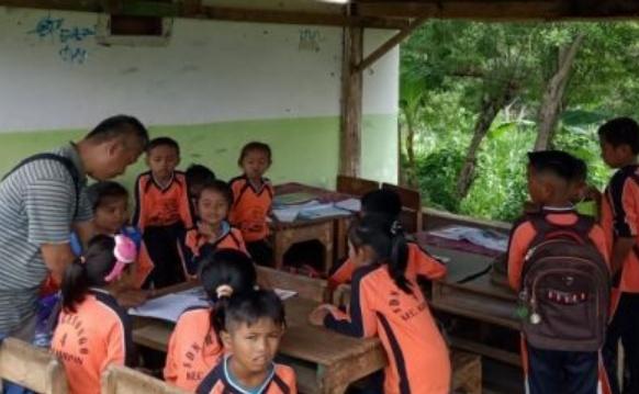 Atap Kelas Ambruk, Siswa SD Ini Belajar di Parkiran