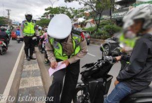 Tak Terima Ditilang, AR Bawa Kabur HP Polisi