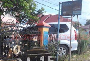 Di Sungai Penuh, Kendaraan Dinas Camat Tabrak Pagar Rumah Pejabat
