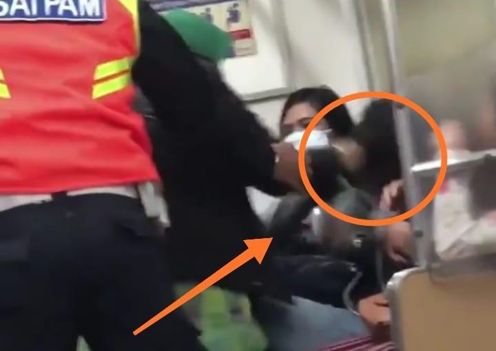 Dinamika Jambi Video Emak-emak ngamuk viral pekan ini lantaran tampar dan tarik rambut wanita muda. Kejadian diduga lantaran tempat duduk.