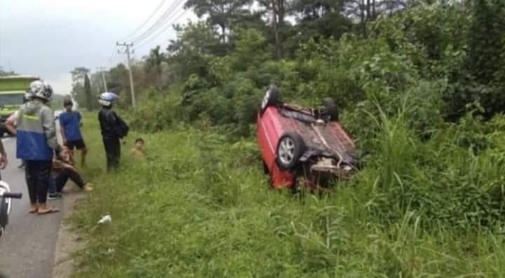 Warga Bungo mengalami kecelakaan di Jalan Lintas Sumatera, Jumat (07/02/2020) siang. Mobil Agya yang digunakan, masuk semak di kawasan Pamenang, Merangin.