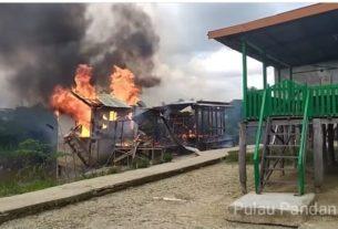 Dinamikajambi - 3 unit bedeng diduga basecamp Narkoba di Pulau Pandan, Kota Jambi, Selasa (03/03/20) dibakar Tim Ditresnarkoba Polda Jambi