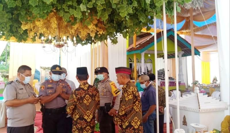Pencegahan Virus Corona terus digaungkan di Pamenang. Buktinya, Minggu (29/03/2020) siang Dewan dan Kapolsek hentikan pesta di Desa Rasau.