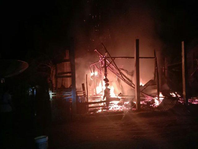 Kebakaran hebat terjadi di Sarolangun malam ini. Menyedihkan, kebakaran rumah di Desa Tanjung ini saat ditinggal penghuninya ke pasar.