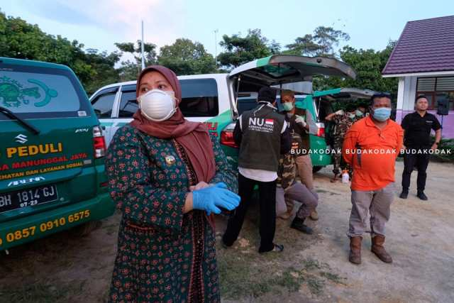 Kedatangan santri yang dipulangkan dari Pondok Pesantren Lirboyo, begitu ditunggu Bupati. Demi santri, Bupati Masnah sampai menunggu 12 jam.
