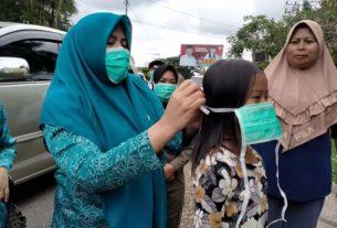 Cegah Penyebaran Corona, TP PKK Bagikan Masker Gratis
