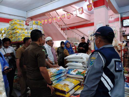 BATANGHARI – Pemkab Batanghari melalui Tim Satgas Pangan Batanghari sidak pasar, cek beras plastik. 3 kecamatan disisir dari kegiatan ini.