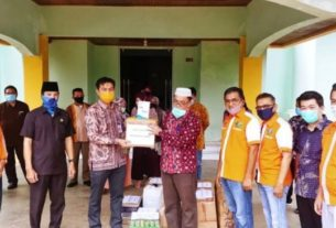 Sekda Kabupaten Muaro Jambi M Fadhil Arief menerima bantuan APD (Alat Pelindung Diri) dari REI (Real Estate Indonesia) Jambi.