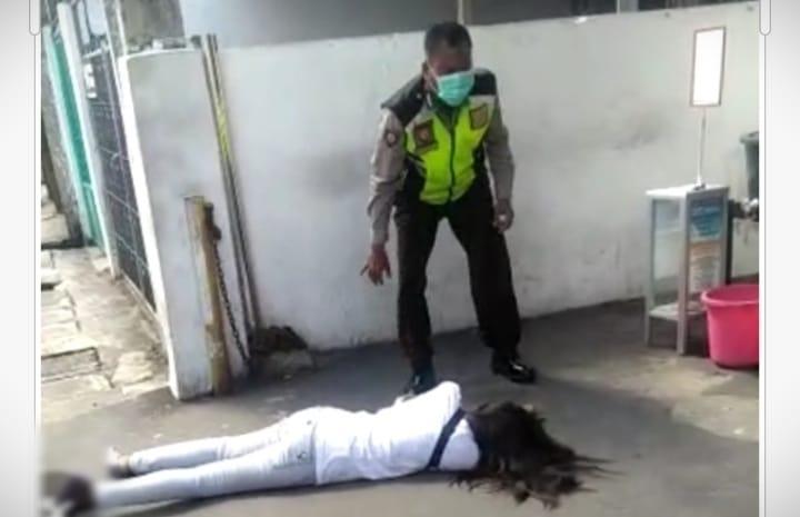Setelah heboh wanita di Pengadilan Jakarta mendadak kejang-kejang, muncul video baru. Viral wanita tergeletak di pinggir jalan, kasus corona?