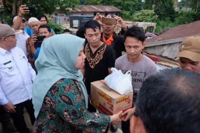 Bupati Muaro Jambi, Masnah Busro turun dan serahkan bantuan bencana alam di Jaluko, Rabu (29/01/2020). Bupati bertemu langsung dengan warga.