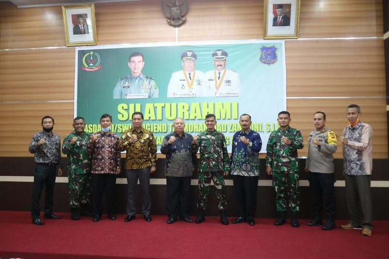 Bupati Tanjung Jabung Barat Dr. Ir. H. Safrial, MS sambut kunker Kasdam II/Sriwijaya Palembang, Sabtu (30/05/2020) di Rumah Dinas.