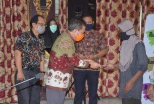 Bupati Batang Hari, Ir H Syahirsyah Sy menyerahkan secara simbolis Bantuan Batang Hari Tunai atau BBT. 6 warga Sungai Buluh, menerima langsung.