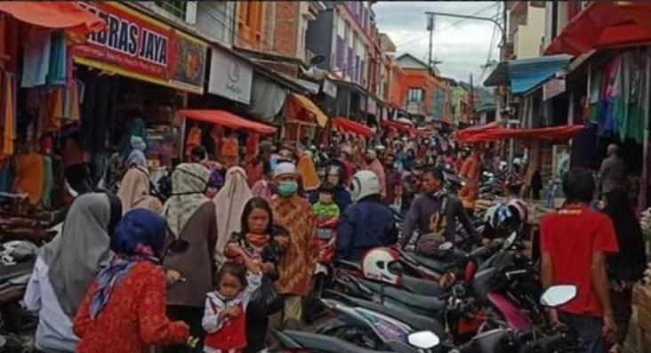 Mengerikan jelang lebaran, warga padati pasar Sungai Penuh, Jumat 22 Mei 2020. Protokol kesehatan Covid-19 pun tampak terabaikan.