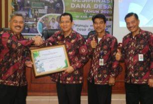Pemkab Muaro Jambi kembali raih penghargaan, kali ini untuk penyaluran Dana Desa. Wabup Bambang Bayu Suseno menerima langsung penghargaan.