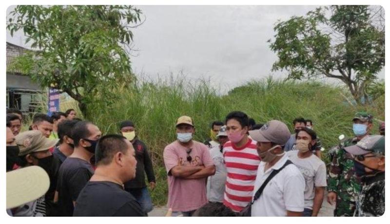 Warga di dua kecamatan nyaris adu jotos lantaran penutupan jalan. Surat Kades di Gresik, nyaris picu bentrok ribuan warga.