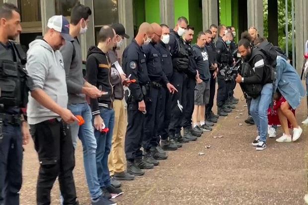 Biasanya aparat kepolisian kawal aksi demo, tapi bagaimana kalau polisi protes dan gelar aksi demo? Ya, buntut kematian George Floyd