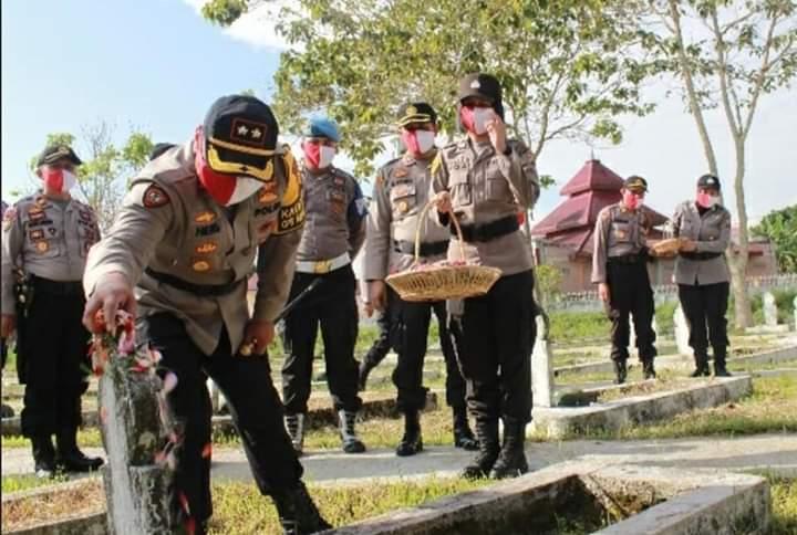 Kapolres Kerinci Tabur Bunga di Makam Pahlawan