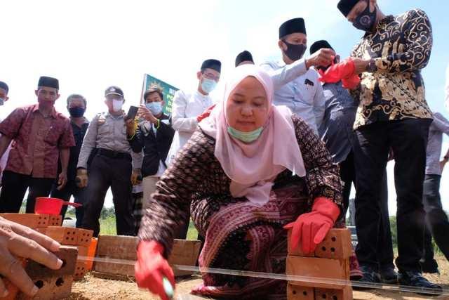 Bupati Muaro Jambi, Hj Masnah Busro, Sabtu (18/7) hadiri peletakan batu pertama Ponpes Darul Arifin di Jalan Nes, Kelurahan Pijoan