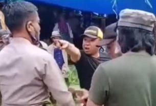 Pria Ini Nekat Tantang Polisi Yang Mau Bubarkan Judi Sabung Ayam