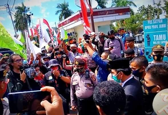 Usai Paripurna, Ketua DPRD Dikasih Sayur Oleh Petani Jambi