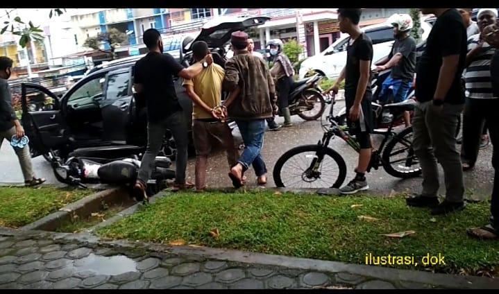 Kasus jambret di Makassar, bikin heboh. Istri terkejut yang menjambret uang dalam tas senilai Rp 40 juta, ternyata adalah suaminya.