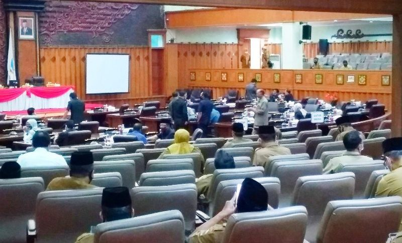 Rapat paripurna DPRD Provinsi Jambi molor, lewat 1 jam dari jadwal yang ditetapkan, Gubernur Jambi Fachrori Umar tak kunjung hadir di ruangan. Ada apa?