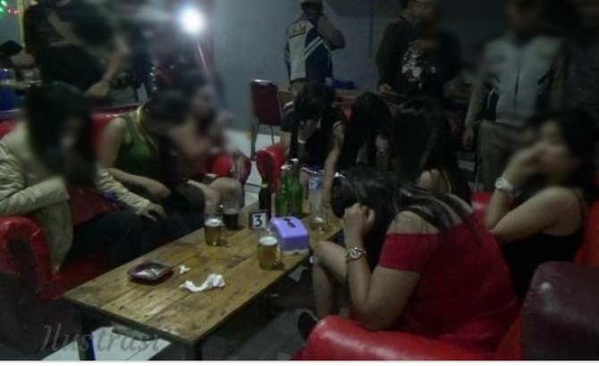 Tempat Hiburan Disegel, Perempuan Berpakaian Minim Berhamburan