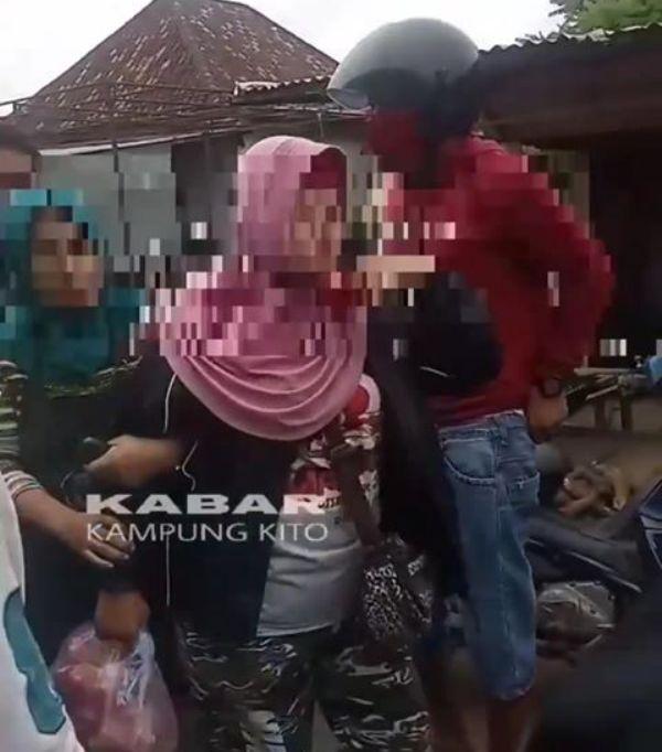 Di duga copet, seorang ibu diamankan warga saat beraksi di Simpang Pulai, Minggu (27/9/20). Ia kemudian dibawa ke kantor polisi terdekat.