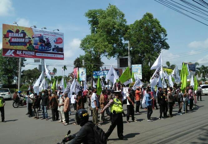 Padati Simpang BI, Puluhan Pendemo Tuntut 6 Hal Ini Pada Gubernur