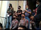 Massa dari Gestur Jambi, Kamis (24/9/20) menggelar aksi di DPRD Provinsi. Isak tangis di Hari Tani di Jambi, disambut dewan yang buka soal gagalnya pansus.