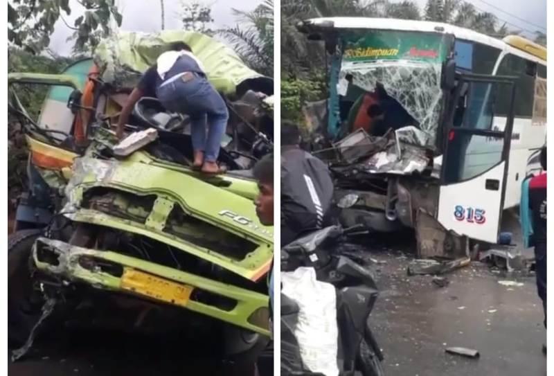 Kecelakaan lalu lintas di Jalan Lintas Sumatera kembali terjadi. Tabrakan maut di Merlung, Jumat (25/9/20) bus dan truk tangki ringsek berat.