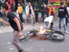 Motor polisi dibakar saat demo Omnibus Law di Jambi, Selasa (20/10/2020) di depan Kampus Unja Telanaipura, mahasiswa bantah itu bukan aksi dari mereka.