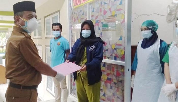 Plt Bupati Merangin didampingi Direktur Rumah Sakit Daerah (RSD) Kol Abundjani Bangko memulangkan dua orang pasien sembuh Covid-19.